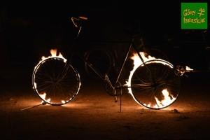 Spokojnie. To nie rozżaleni retrowcy spalili swe bicykle. To eksponat artystów IRRBLOSS (fot. A. Lipin)